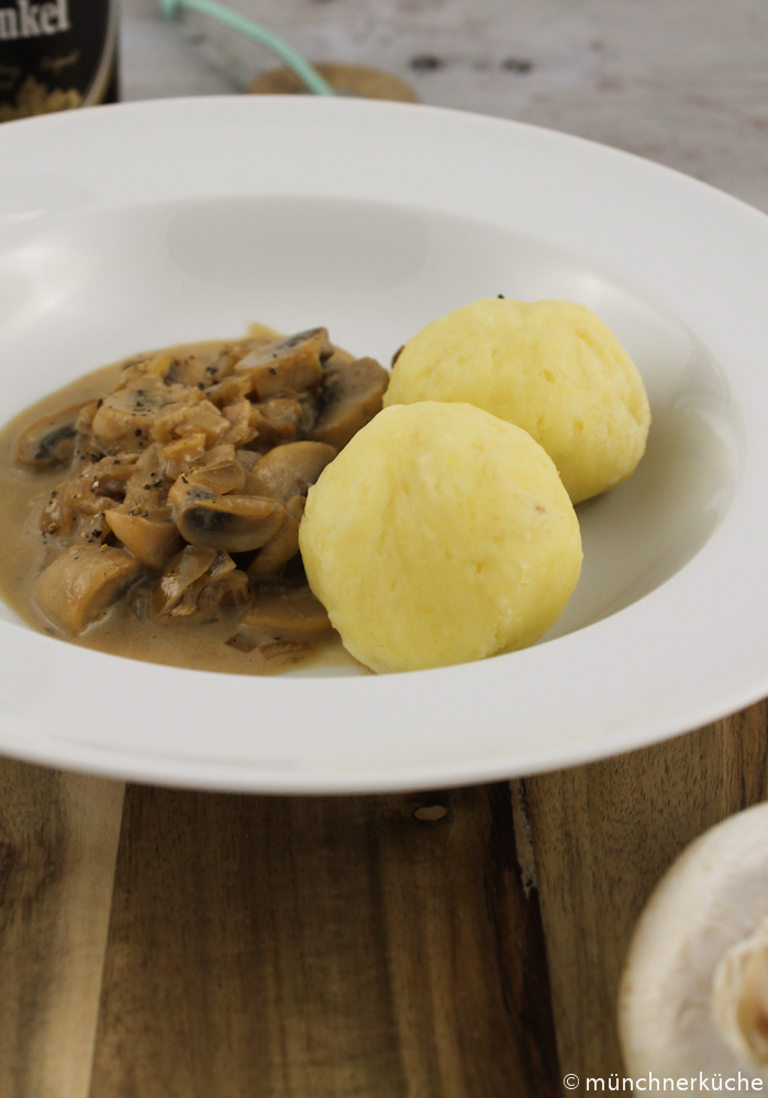 Kartoffelknödelchen mit Dunkelbier-Champignon-Sauce