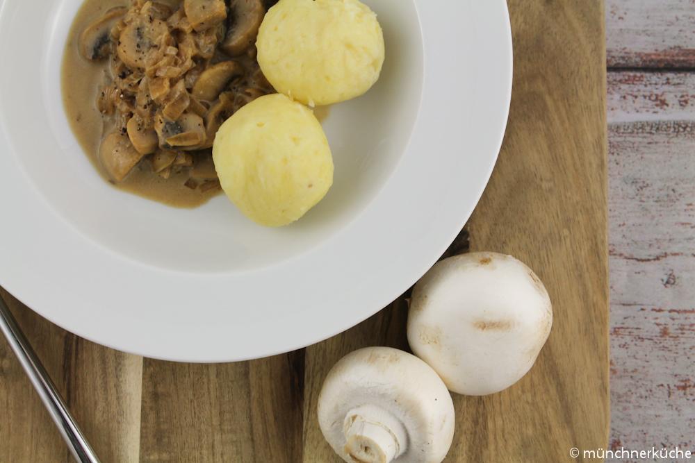 Kartoffelknödelchen mit einer Dunkelbiersauce mit Pilzen.