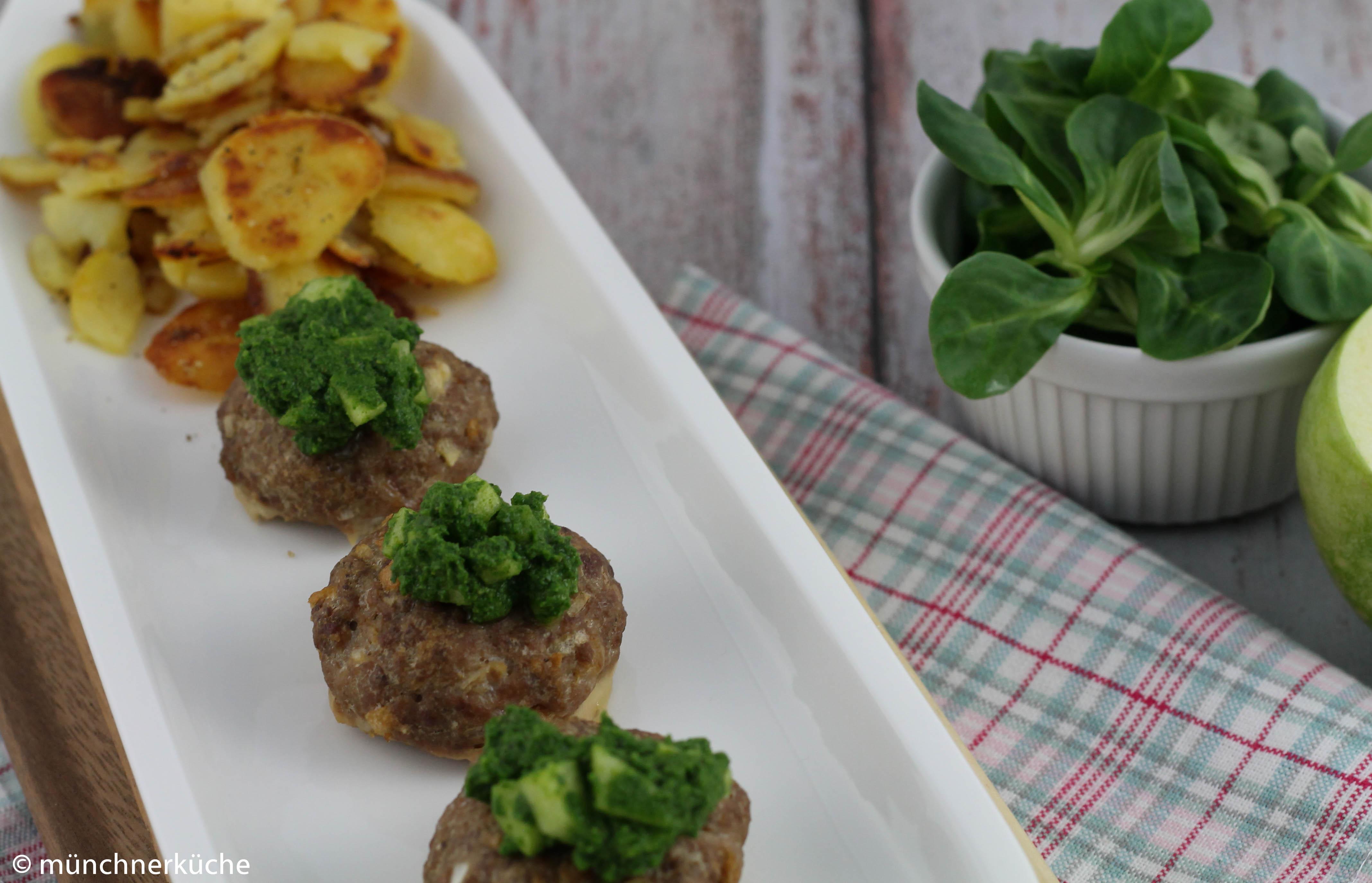 Ofen-Frikadellen mit Bratkartoffeln und Feldsalat-Apfel-Pesto