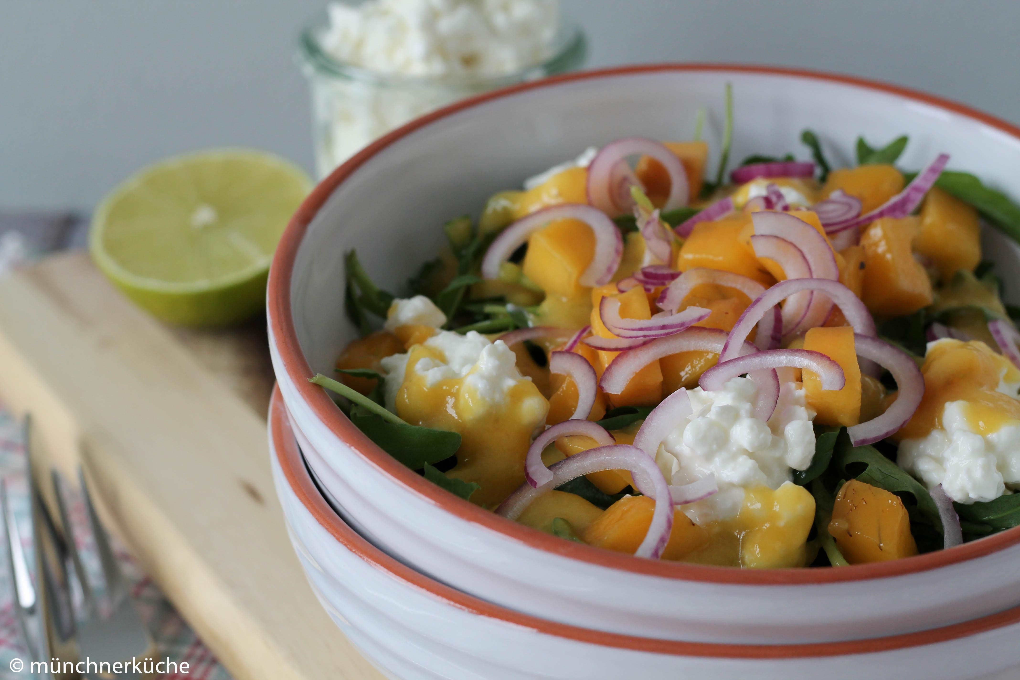 Ruccolasalat mit Mango und körnigem Frischkäse