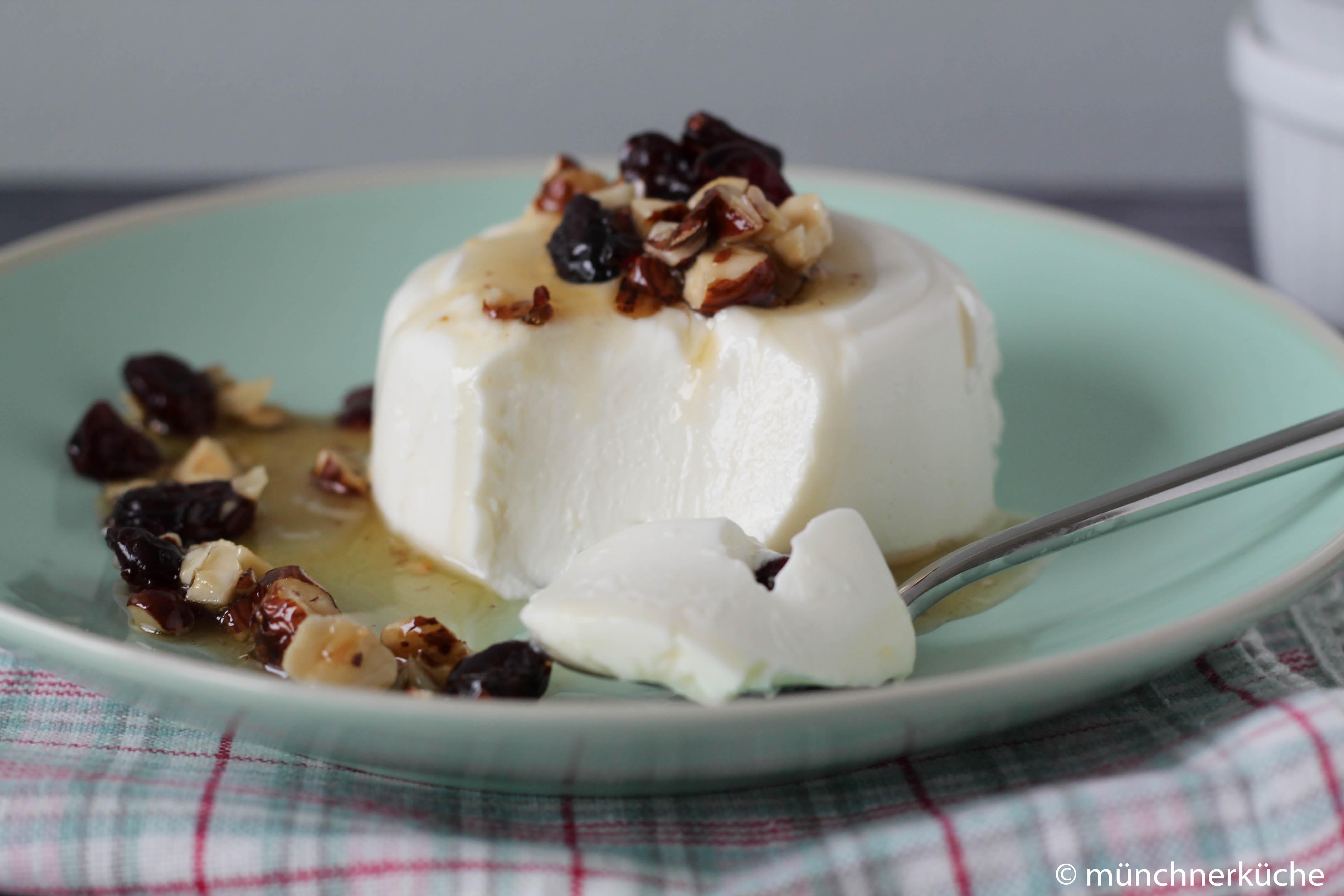 Die Joghurt-terrine wird mit einer Sauce serviert.
