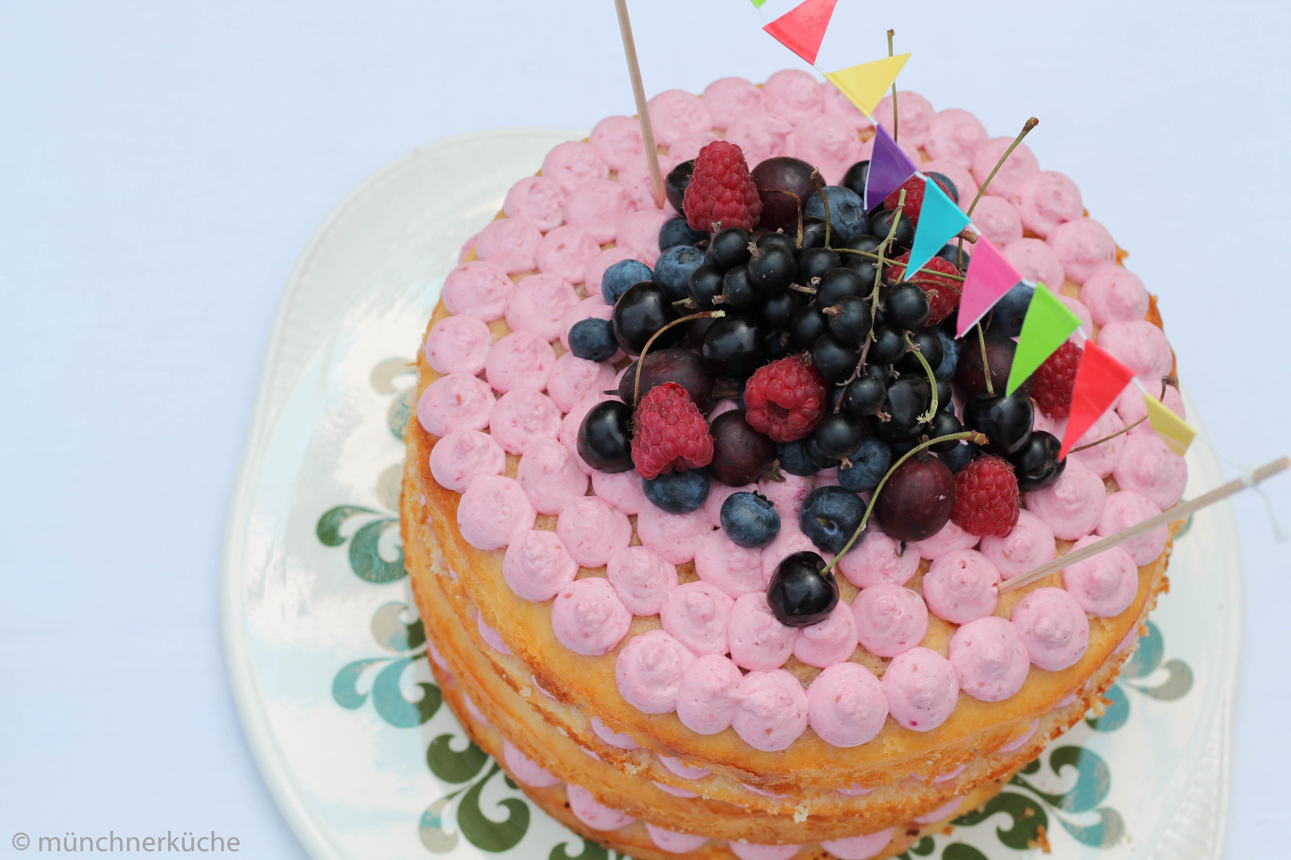 Naked Cake Torte mit Beerenfüllung.