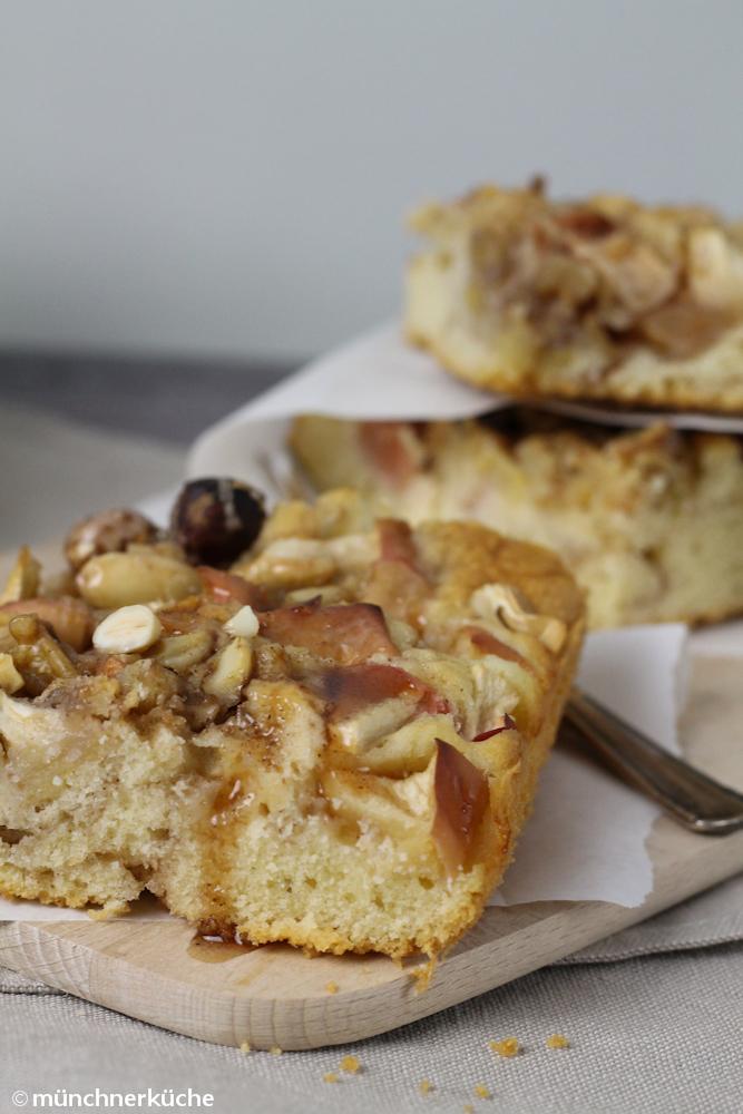 Apfelkuchen mit Nüssen und Zimtsirup