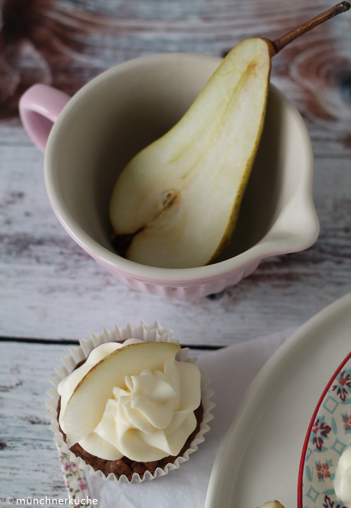 Kleine feine Cupcakes mit Birnen und Schokolade.