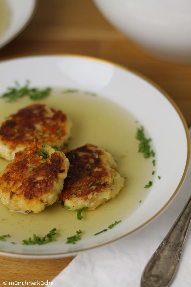 Kaspressknödelsuppe kann man natürlich super mit Brühe essen oder man macht sich einen bunten Salat dazu.