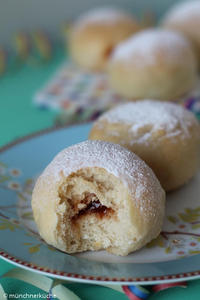 Luftiger Hefeteig im Backofen gebacken und mit Marmelade gefüllt. Die Berliner aus dem Ofen sind eine echte Alternative.