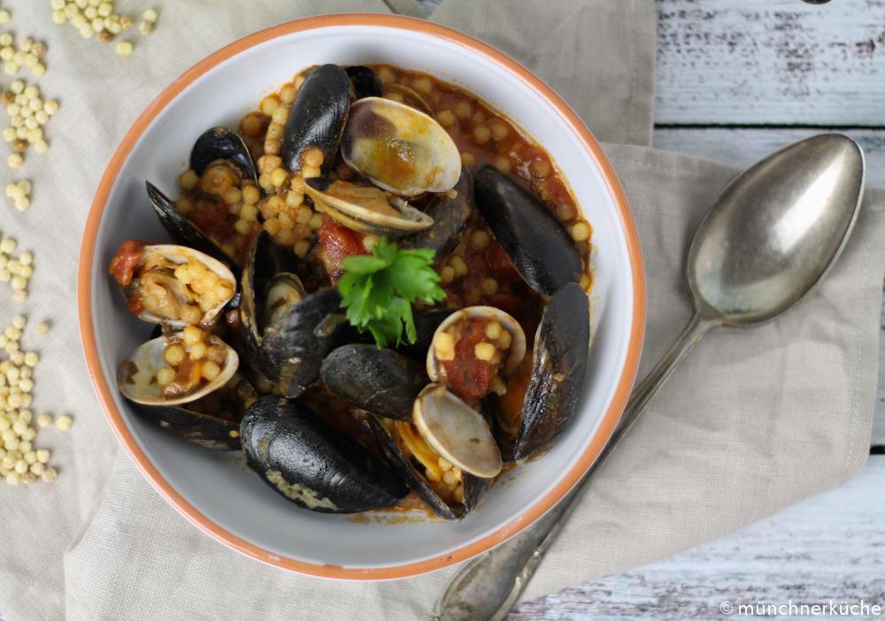 Typische sardische Pasta serviert mit Muscheln und Tomatensugo.