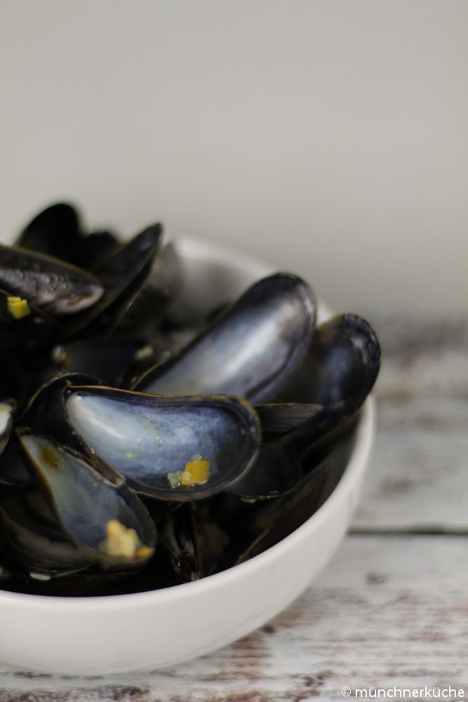 Eine der vielen Varianten der Fregola Sarda wird mit Mies- und Venusmuscheln gegessen.