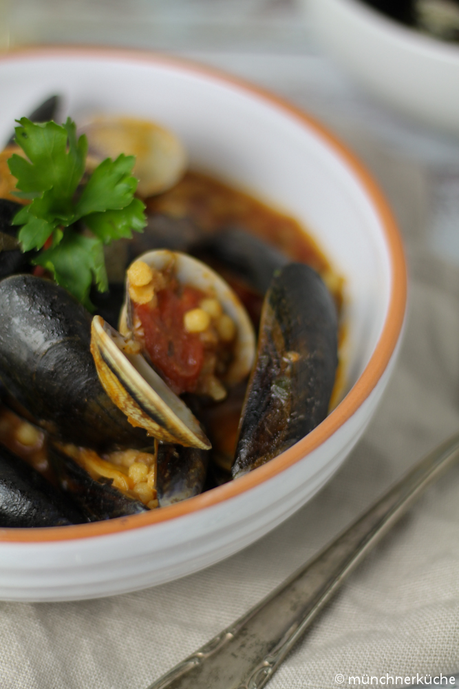 Die Kügelchen der Pasta Fregola werden im Ofen geröstet und bekommen dadurch einen speziellen rauchigen Geschmack.