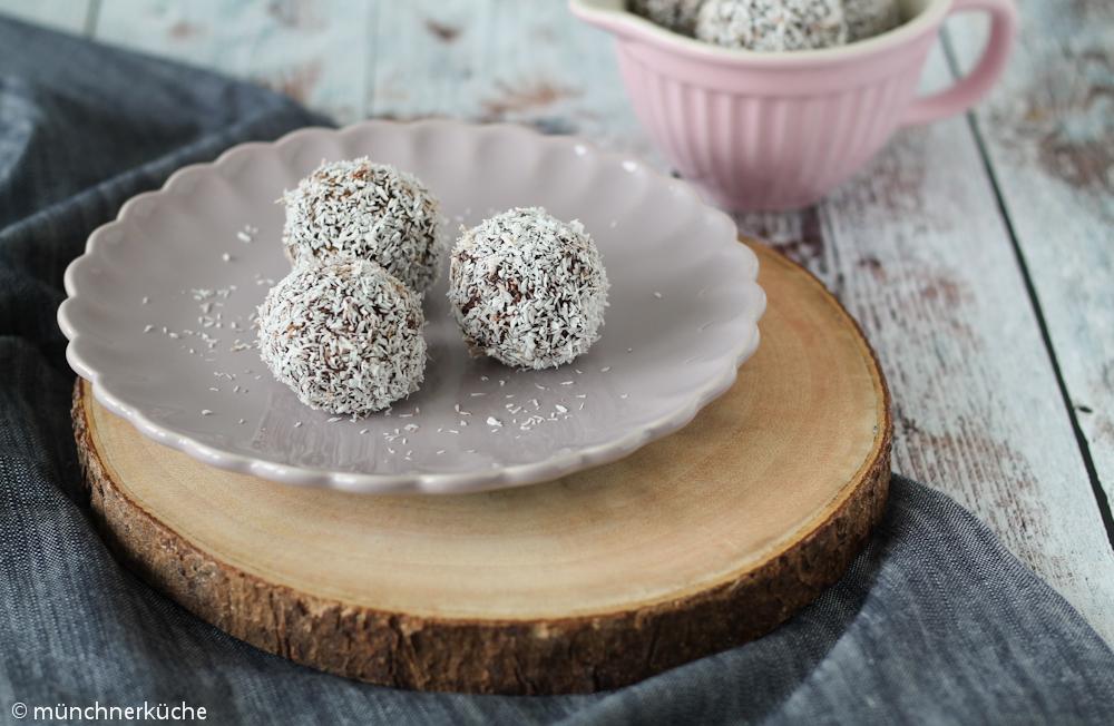 Schwedische Schokoladenkugeln gewälzt in Kokosflocken. In Schweden werden die Leckereien auch Chokladbollar genannt.