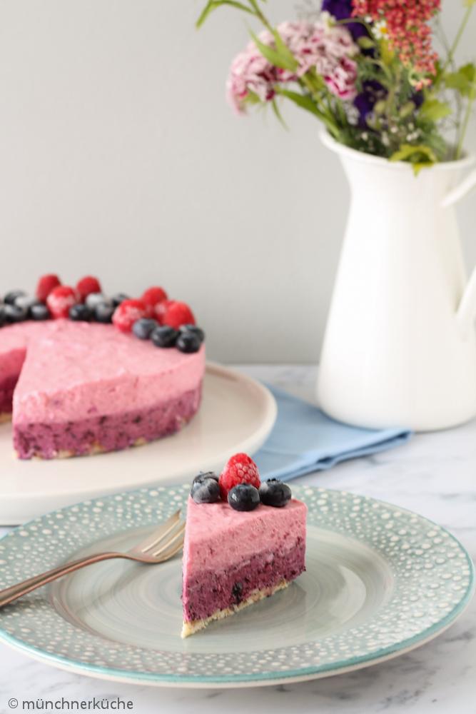 Ein mit Blaubeeren und Himbeeren veredelter No Bake Kuchen.