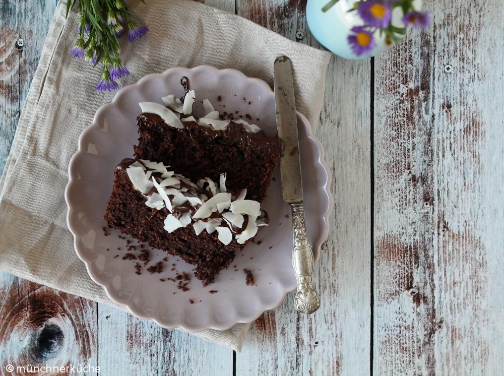 Saftiger Schokoladenkuchen mit Kokoschips.