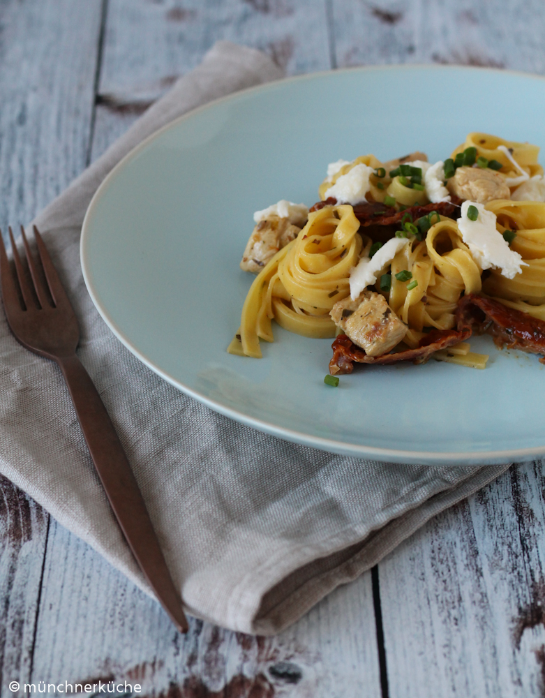 Die selbergemachte Pasta kommt mit Hähnchen und getrockneten Tomaten daher.