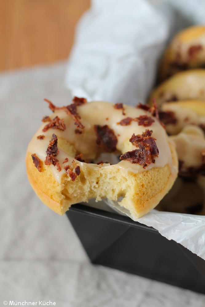 Die gebackenen Donuts mit Ahornsirup und Bacon sind nicht nur super fluffig, sondern auch super köstlich.