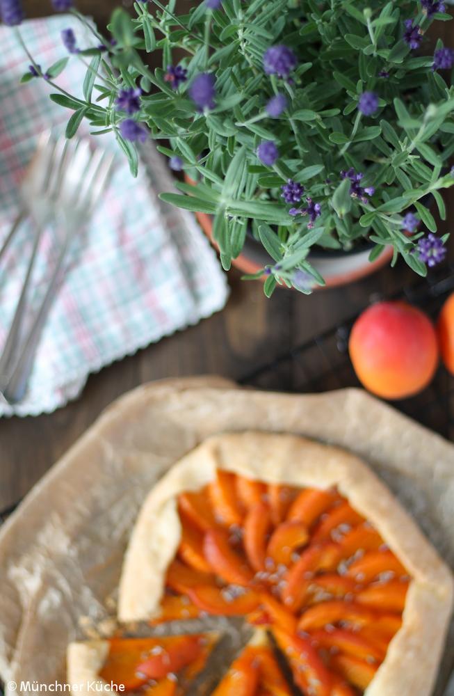 Der Lavendel duftet verführerisch nach Frankreich und passt perfekt zur Galette mit Aprikosen.