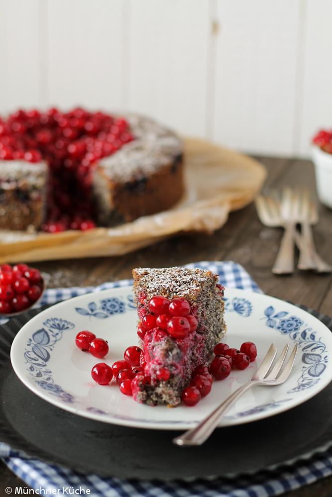 Zu dem saftigen Mohnkuchen passen die säuerlichen Johannisbeeren einfach perfekt.