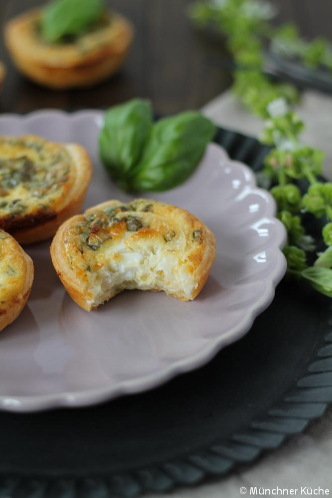 Der würzige Kern aus Ziegenkäse passt bestens in die Blätterteig-Muffins.