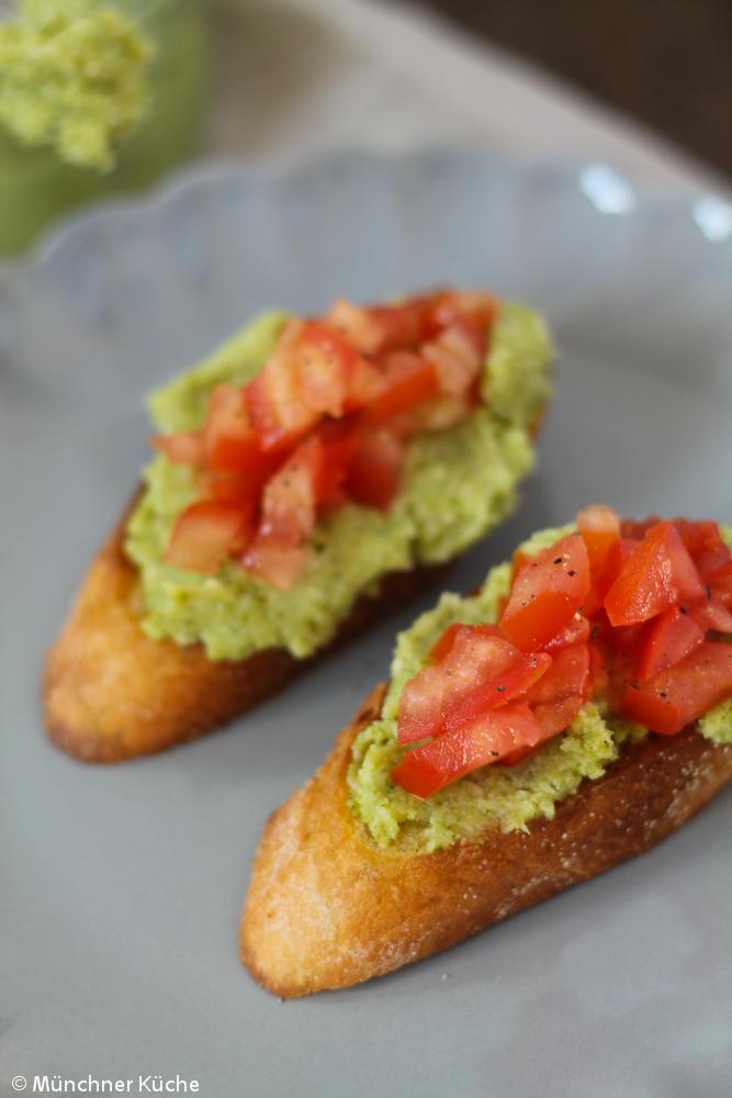 Außer Tomaten gibt es auf diesem Bruschetta noch ein köstliches Brokkoli Pesto.
