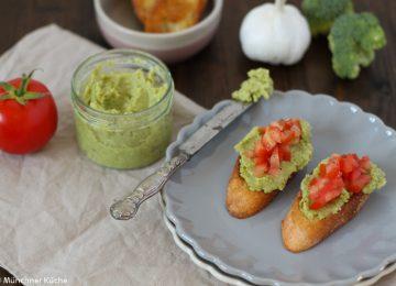 Bruschetta mit Brokkoli Pesto und Tomatenwürfel.
