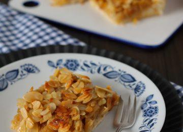 Apfelkuchen mit Mandel-Honig-Haube.