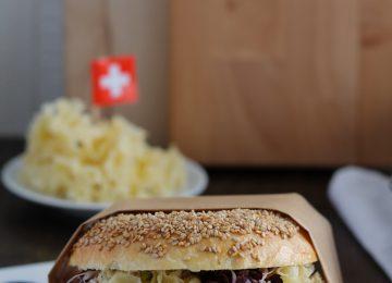 Frische Bagels mit Hummus und Schweizer Käse.