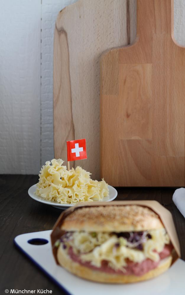 Bagels mit Rote Bete Hummus und meinem liebsten Käse, den Tête de Moine.