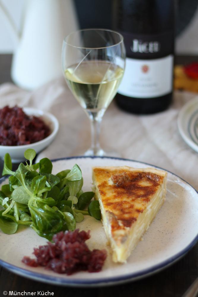 Zu einem Gläschen Weißwein darf es gerne eine Kartoffelquiche mit Zwiebelconfit sein.