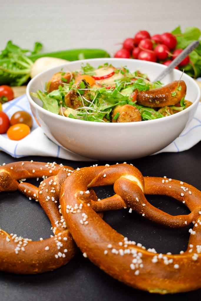 Darf in Bayern nicht fehlen: der Brotsalat mit Brezen.