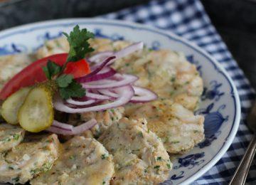 Saure Knödel sind ein Bayrisches Gericht und werden aus kalten Semmelknödeln gemacht. Mariniert mit einem essigreichen Dressing. www.muenchner-kueche.de