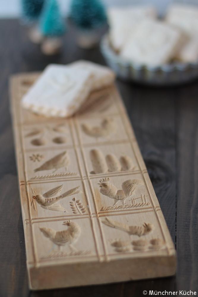 Die Bilder auf den Springerle werden mit eine Model aus Birkenholz hergestellt.