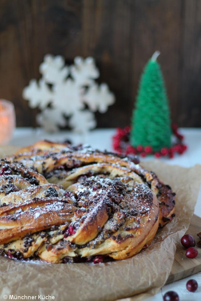 Dieser Hefekranz passt mit der Schokolade, dem Marzipan und den frischen Cranberrys perfekt in die Weihnachtszeit.