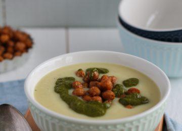 Wärmende Blumenkohl-Kartoffel-Suppe mit gerösteten Kichererbsen und Korianderpesto.