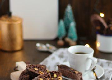 Zum Espressi dürfen es ein paar Cantuccini mit Schokolade und Pistazien sein.