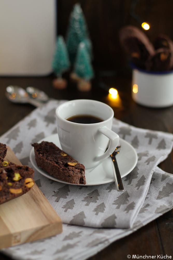 Die Cantuccini mit Schokolade und Pistazien lassen sich wunderbar in kleine Tütchen verpack verschenken.