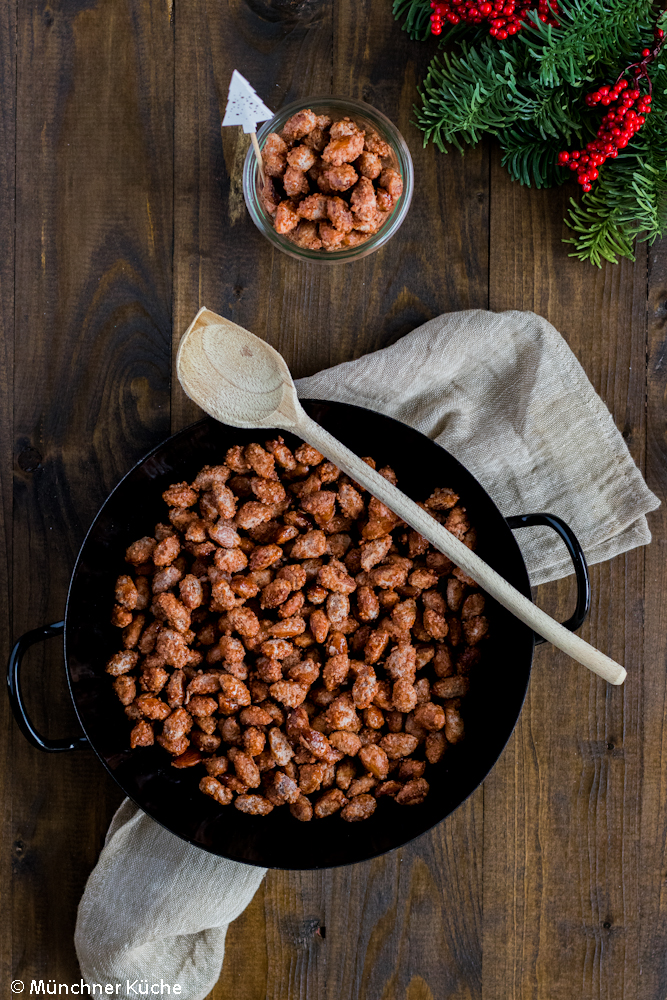 Gebrannte Mandeln sind rasch selbst gemacht und schmecken genau so gut wie auf dem Weihnachtsmarkt.