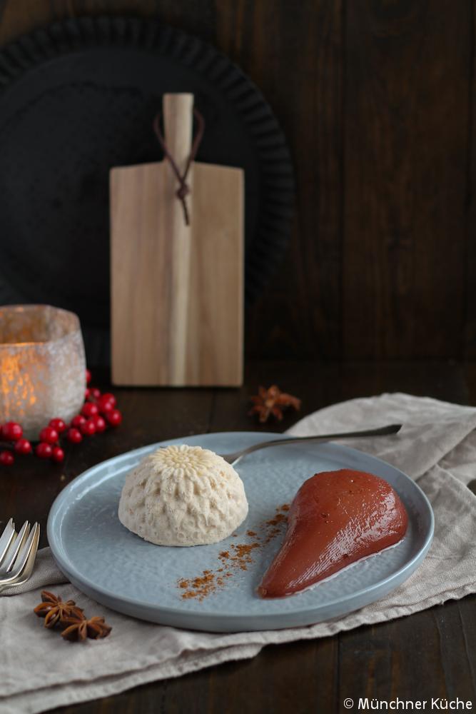Dieses feine Zimtparfait mit Portweinbirnen ist der ideale Nachtisch.