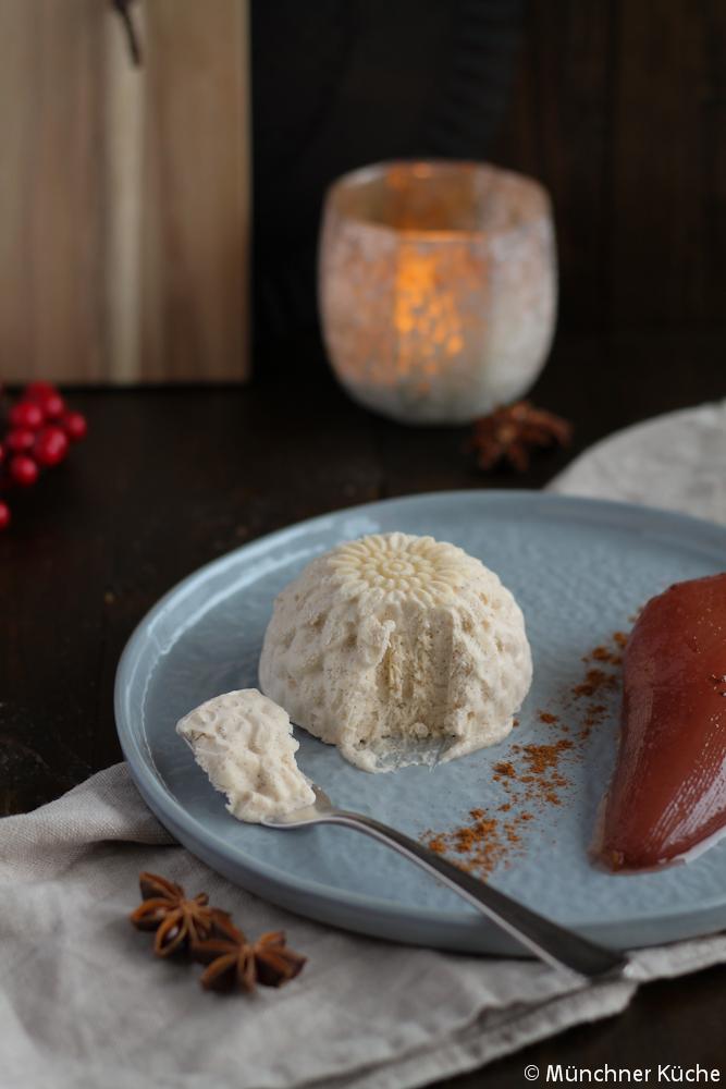 Das Zimtparfait lässt sich auch in tollen Formen zubereiten. So hat man direkt einen tollen Blickfang auf dem Teller.