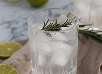 Der Longdrink besteht aus Gin mit Rosmarinsirup. Aufgefüllt wird mit spritzigem Mineralwasser.