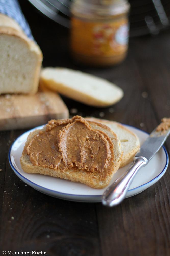 Frisch gebackenes Toastbrot mit Erdnussbutter ist einfach perfekt.