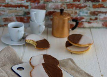 Amerikaner sind ein Feingebäck. Halb mit Zuckerguss, halb mit Schokoladenguss bestrichen.