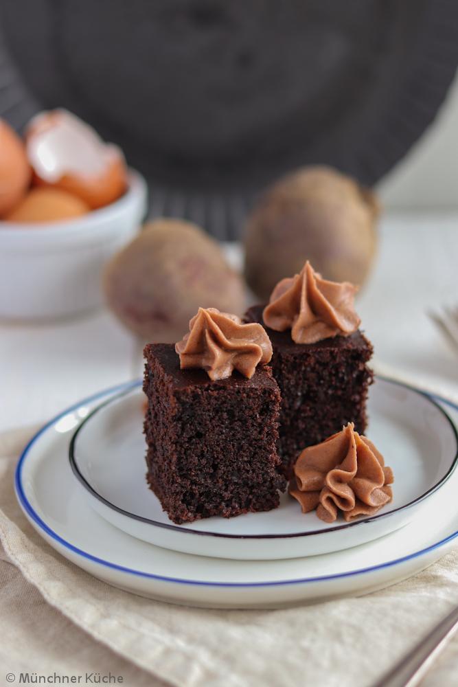 Saftige Brownies mit Roter Bete und Schokoladenhaube. Niemand würde denken, dass hier ein Gemüse verarbeitet wurde.