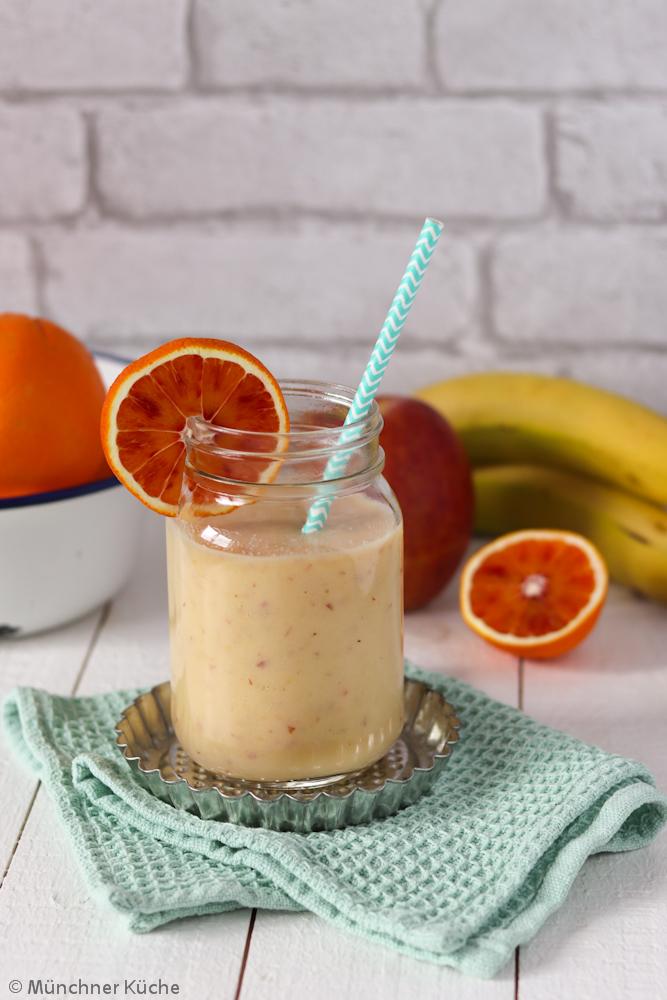 Ein Orangen-Bananen-Apfel-Smoothie kann einen guten Energieschub liefern.