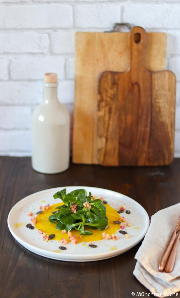 Das Carpaccio aus gelber Bete ist ein richtige Hingucker auf dem Teller. Mit Feldsalat und einer Apfelvinaigrette ist es eine richtig tolle Vorspeise.