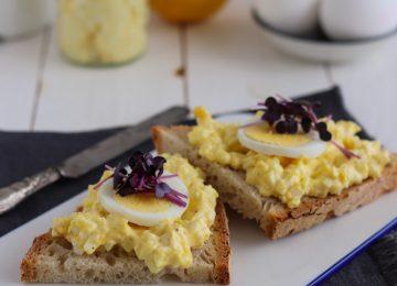 So ein Brot mit selbergemachten Eiersalat passt nicht nur zur Osterzeit perfekt.
