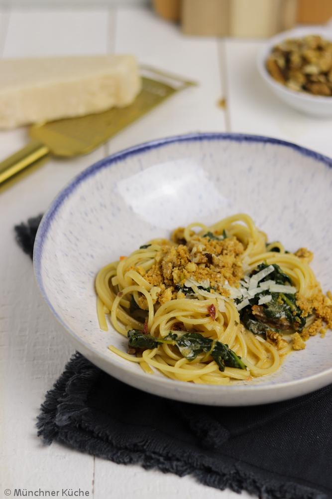 Ohne Parmesan ein tolles vegetarisches Gericht: Pasta mit Spinat und Walnusscrunch.