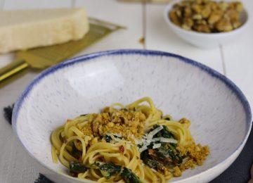 Ein Teller voll Glück: Pasta mit Spinat und Walnusscrunch.