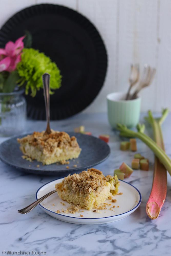 Fein säuerlicher Rhabarber Streuselkuchen. Die Streusel sind mit gemahlenen Haselnüssen und Haferflocken aufgepimt.