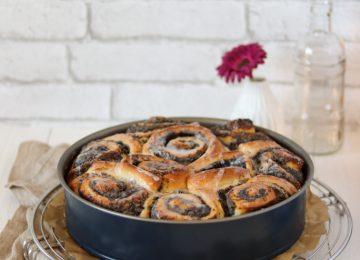 Viele einzelne Mohnschnecken werde zu einem Kuchen zusammengesetzt.