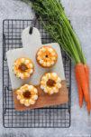 Saftige Carrot Cake Donuts aus dem Backofen. Verziert mit Frischkäsefrosting.