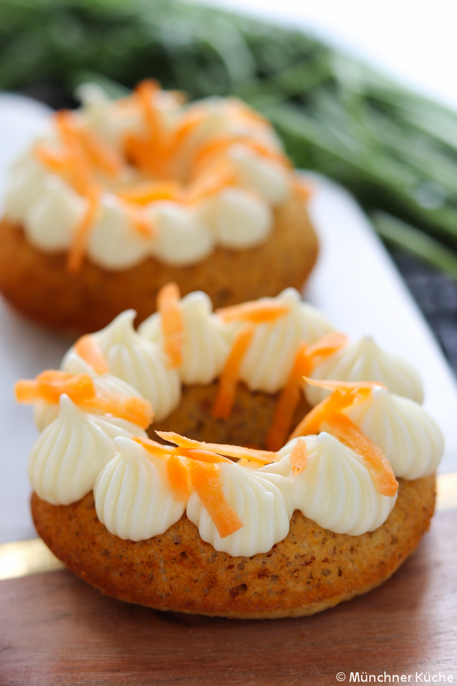 Die gebackenen Carrot Cake Donuts mit Frischkäsefrosting sind super saftig und sehen dazu noch wunderhübsch aus.